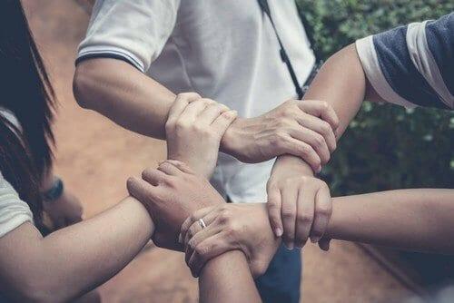Famiglia: Insegnate ai vostri figli ad aiutare gli altri