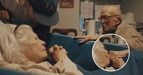 Photo of Il marito visita la moglie in ospedale per festeggiare 80 anni di matrimonio