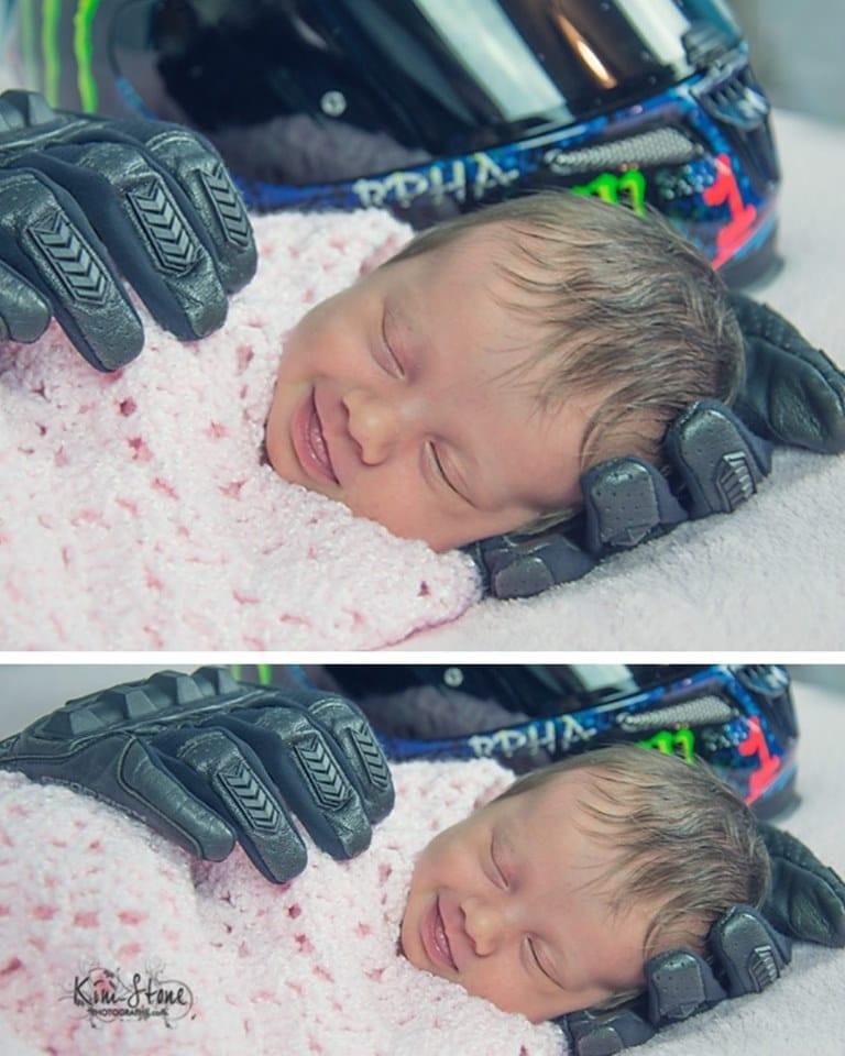 Photo of Aubrey: La neonata stretta tra i guanti del papà la foto commuove il web
