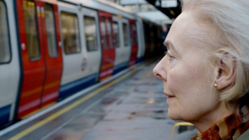 Photo of Londra: Tutti i  giorni si reca in stazione per ascoltare la voce di suo marito