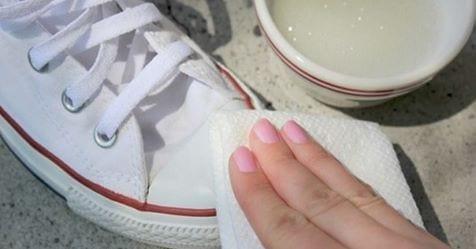 Photo of Elimina il giallastro delle tue sneaker bianche con un semplice ma miracoloso ingrediente