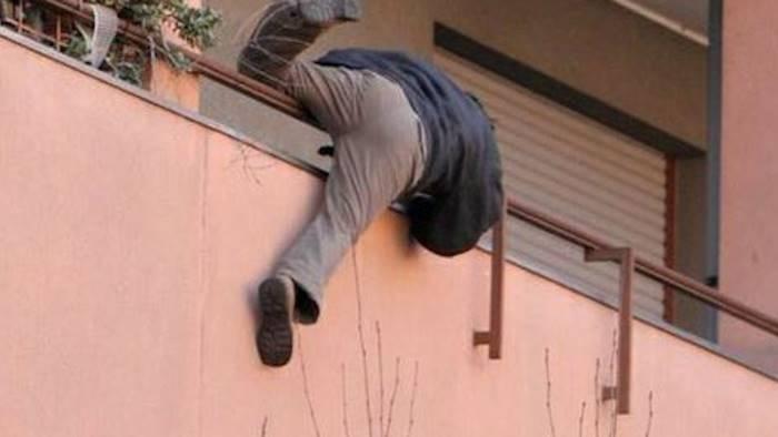 Marito scopre il tradimento nel giorno di S. Valentino, l'amante scappa dal balcone ma finisce in ospedale