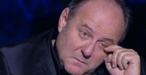 """Brutta Batosta per Gerry Scotti, Fatto fuori da Mediaset. Maurizio Costanzo rivela: """"Ecco perché si sono scocciati di lui"""". Fan increduli"""